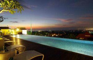 Kolam renang malam hari Hotel Max One