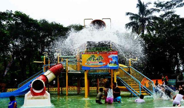wahana ember tumpah di kolam anak-anak