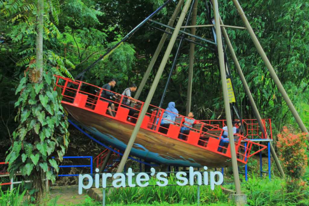 wahana pirate ship