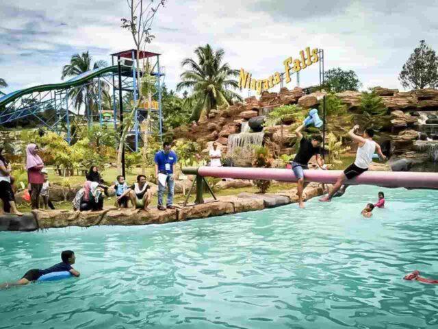 aktivitas perang bantal di kolam Waterpark