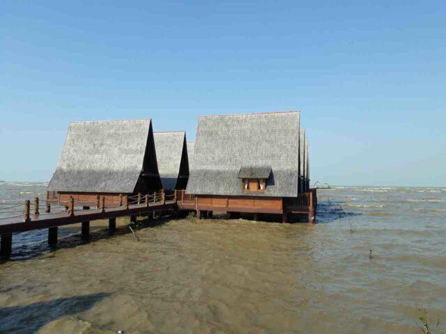 rumah apung cirebon waterland