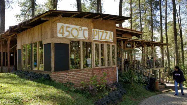 fasilitas restoran dengan berbagai menu