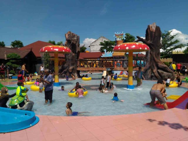 wahana anak dynasty water world gresik