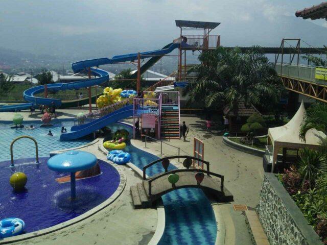 mengelilingi area waterpark dengan kolam arus