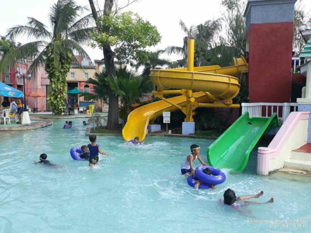 seluncuran anak di venetian water carnaval
