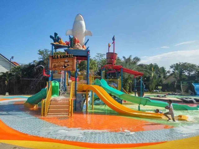 wahana permainan anak dan kolam dangkal