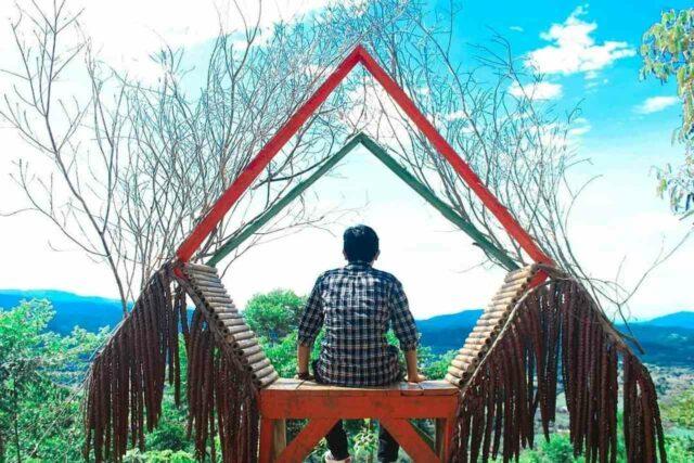 Foto dengan latar ekstrem bisa didapat dengan mudah di Puncak Mustika Manik.