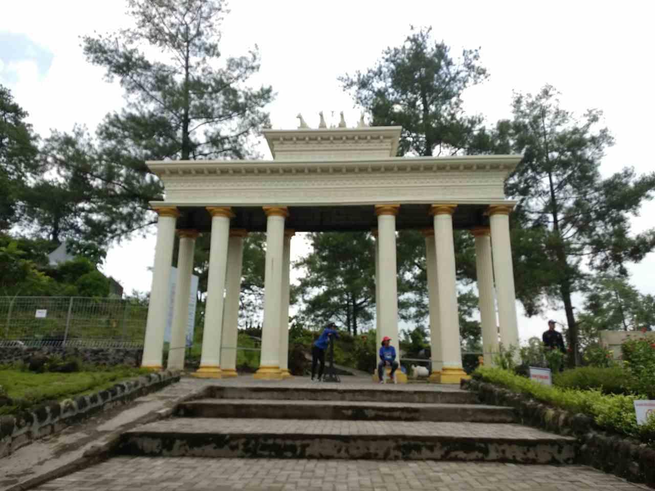 pilar raksasa pintu masuk World Landmarks Merapi Park