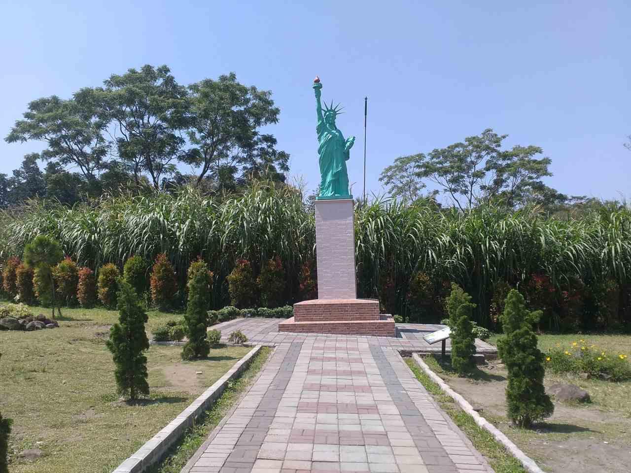 miniatur patung liberty World Landmarks Merapi Park
