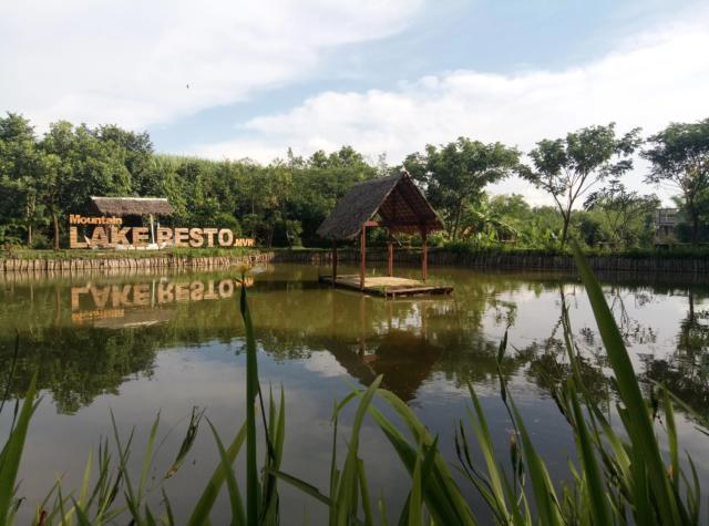restoran tepi danau the peak view kudus