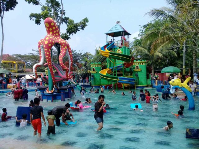 peluncuran air di kolam anak dengan ornamen gurita