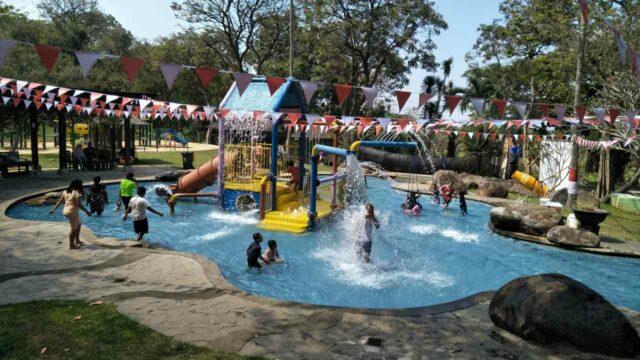 kolam dangkal dan wahana anak-anak