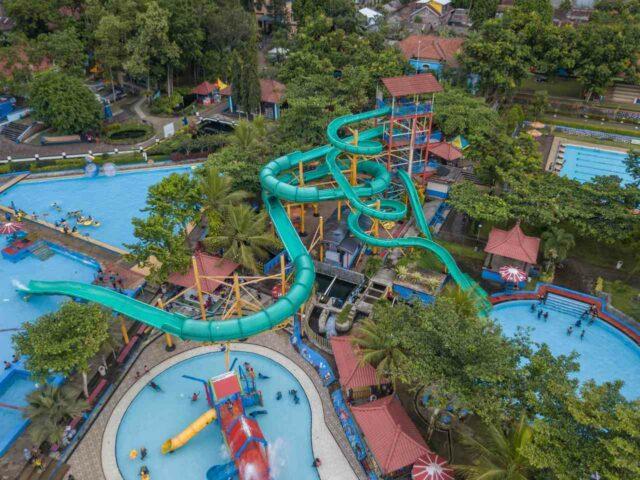 area kolam dan wahana yang luas di Owabong Water Park