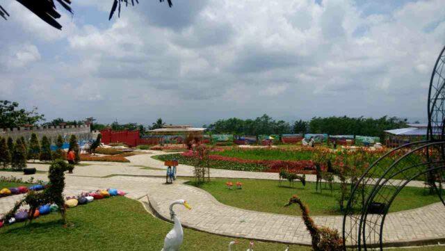 area taman dengan berbagai ornamen