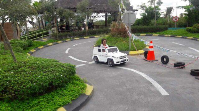 taman lalu lintas anak dengan mobil mini