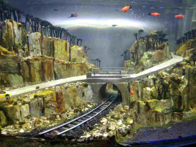 aquarium dengan desain diorama tematik