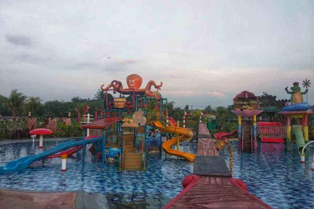 wahana peluncuran air di kolam renang anak-anak