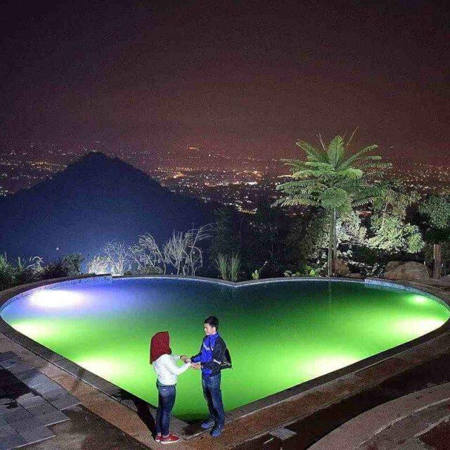 foto romantis dengan latar city light bandung