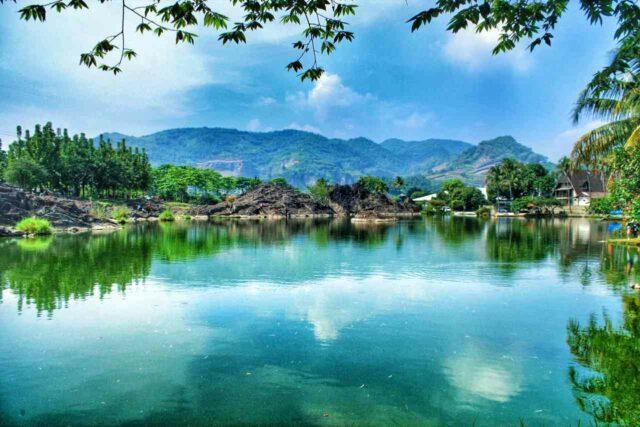 berperahu mengelilingi danau Kampung Batu Malakasari