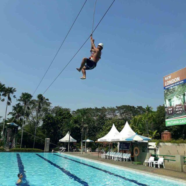 wahana flying fox diatas kolam renang amsterdam water park
