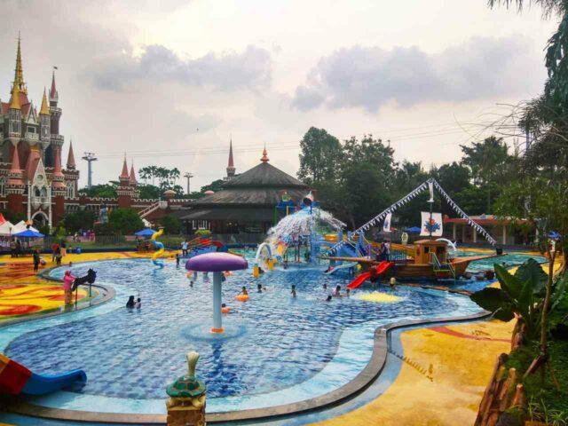 kolam anak dengan ornamen tematik