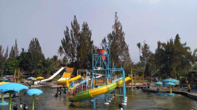 kolam anak dengan beragam wahana perosotan sabda alam garut