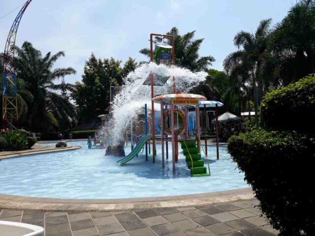 kolam dan wahan pancuran air anak