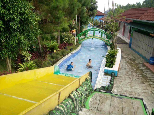 kolam arus atau lazy river dengan arus tenang di Guci Hot