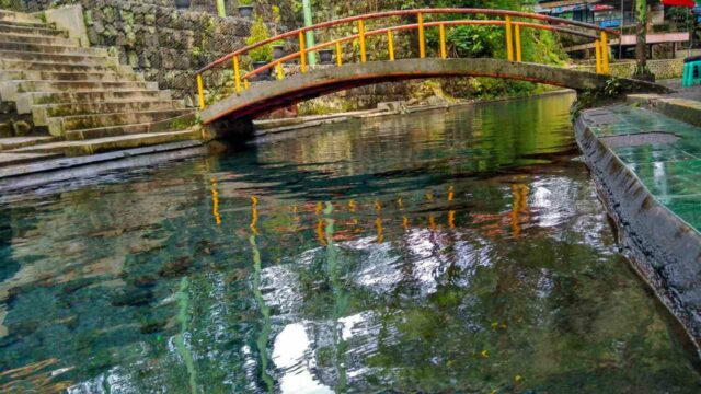 kolam-kolam alami yang sangat jernih
