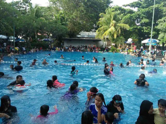 keramaian pengunjung di kolam renang