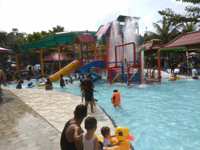 kolam pesta air dengan ember tumpah di Owabong Water Park