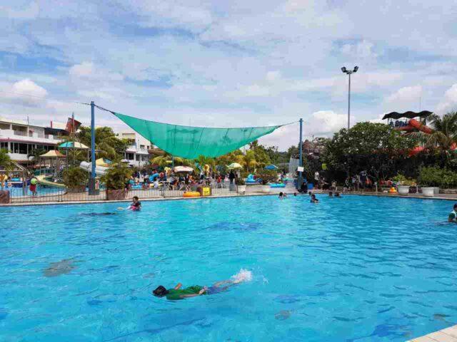 kolam renang dewasa dengan ukuran cukup luas