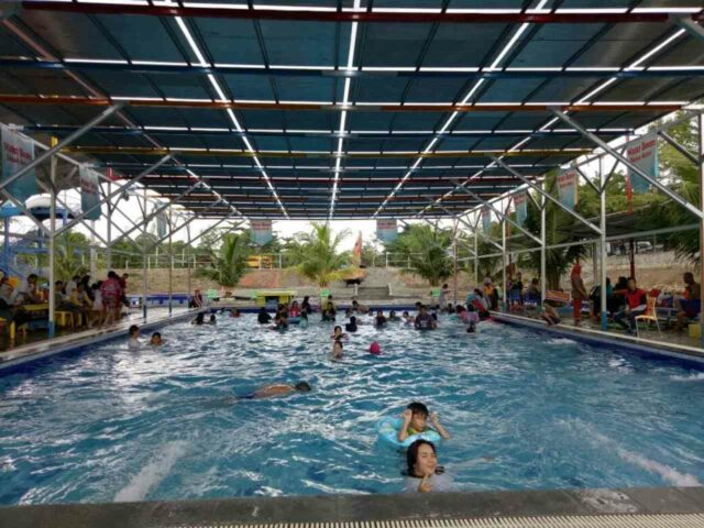 kolam renang indoor dengan atap
