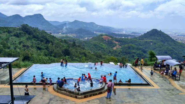 berenang di infinity pool taman love soreang