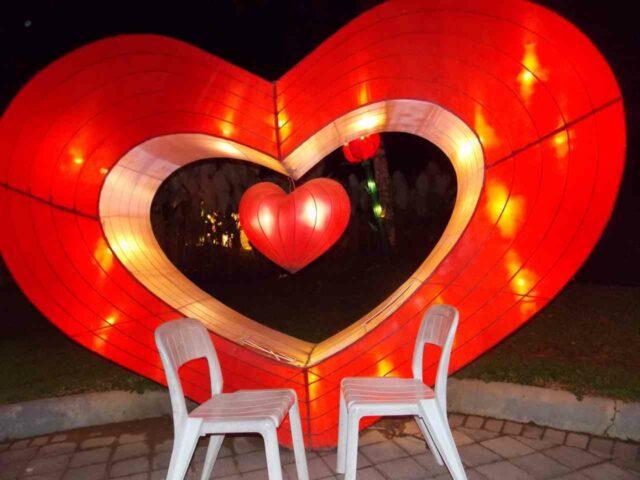 lampion bentuk simbol hati
