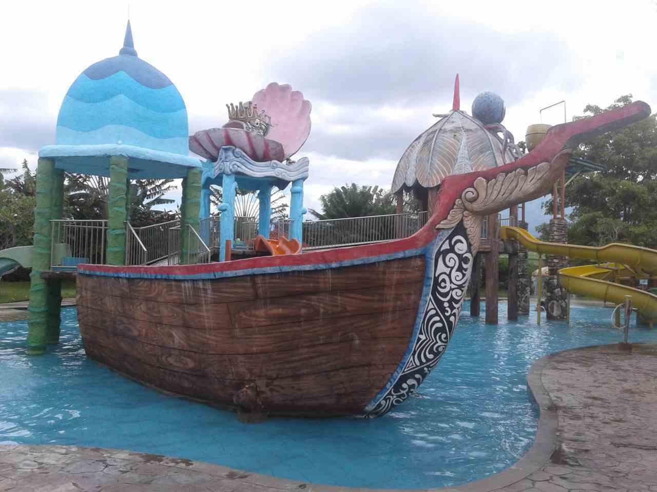Minatur kapal di kolam waterpark