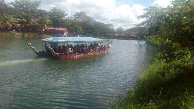keliling danau dengan perahu naga dreamland water park