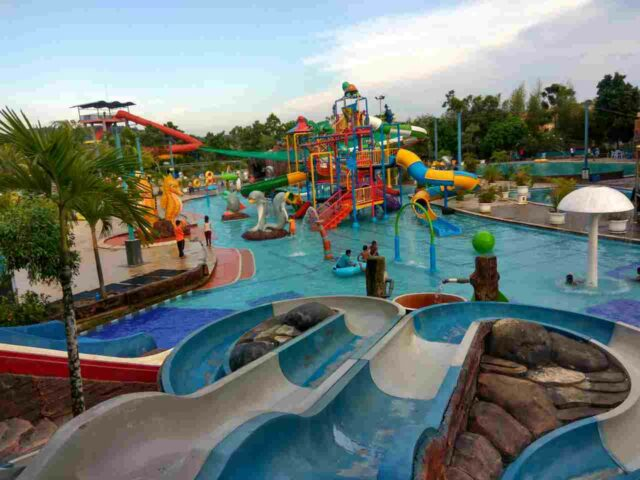 area waterpark dengan peluncuran dan wahana permainan air warna-warni top 100 Waterpark