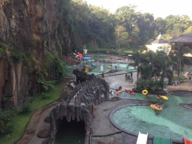 Area water park yang dikelilingi perbukitan