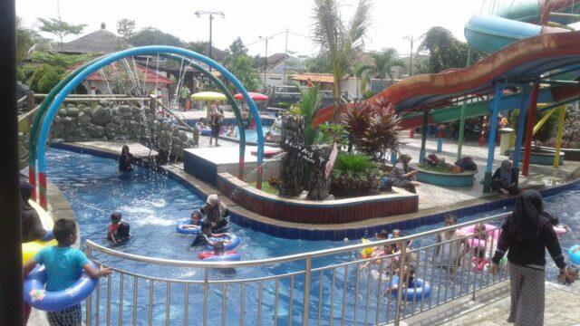 wahana kolam renang dengan permainan air unik