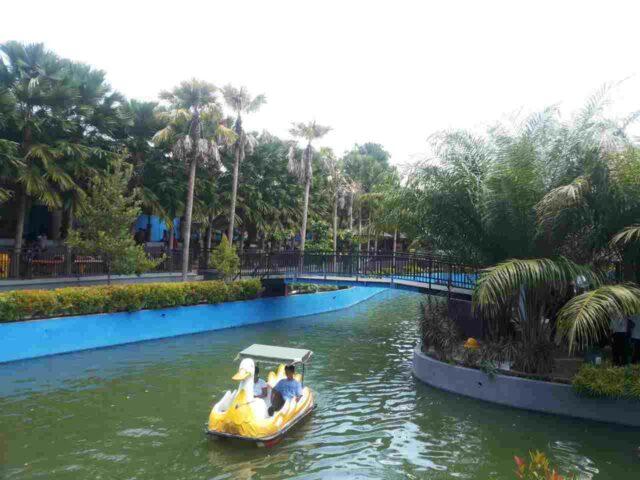 wahana sepeda air di danau