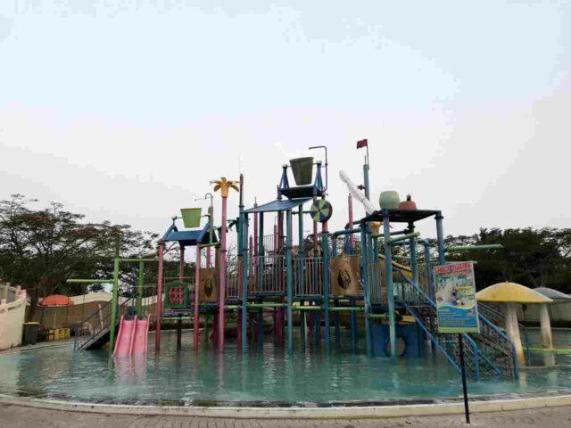 wahana di kolam anak yang sangat lengkap