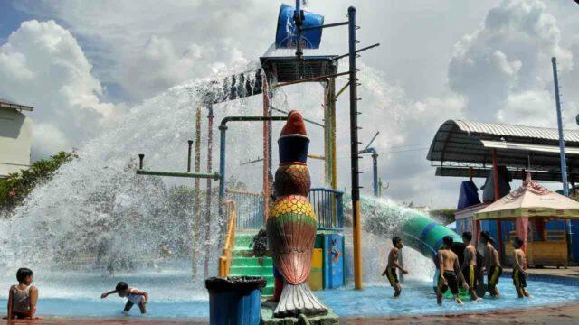 kolam dangkal untuk anak-anak lengkap dengan wahana