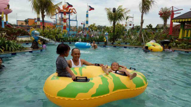 bermai di kolam renang bersama anak-anak