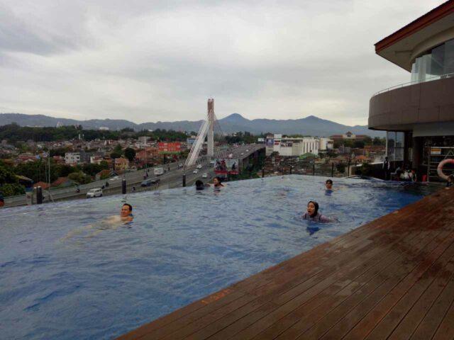 Salah satu yang membuat Grandia Hotel Berbeda dari kebanyakan penginapan di Bandung adanya Infinity Pool. foto:al ma'ruf