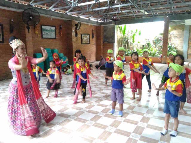 Belajar tarian tradisional