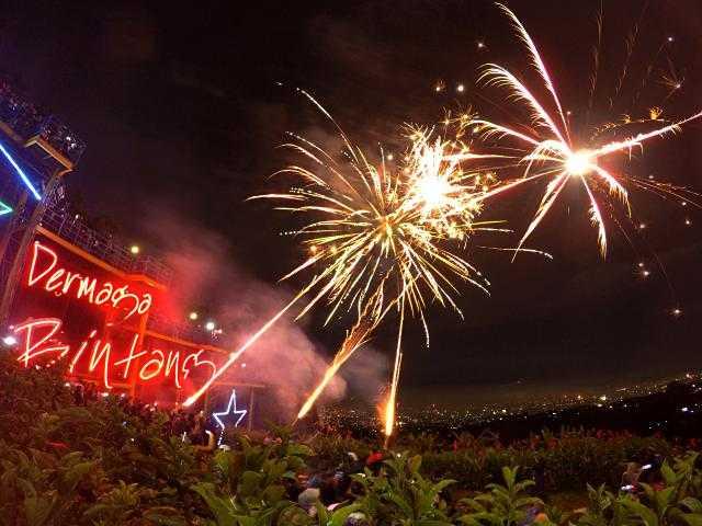 Acara kembang api di bukit moko dermaga bintang