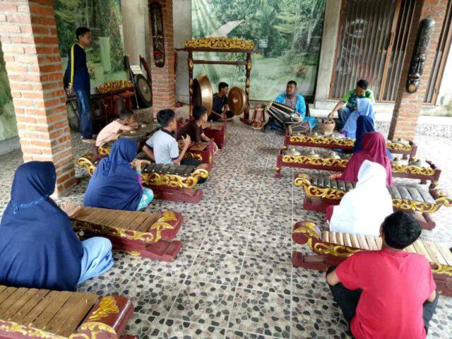 Belajar memainkan angklung di Kampung Cinangneng