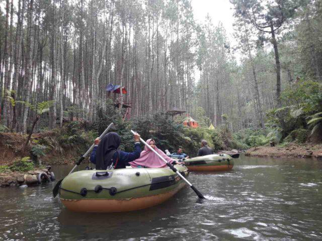 perahu karet di sungai kawasan ciherang