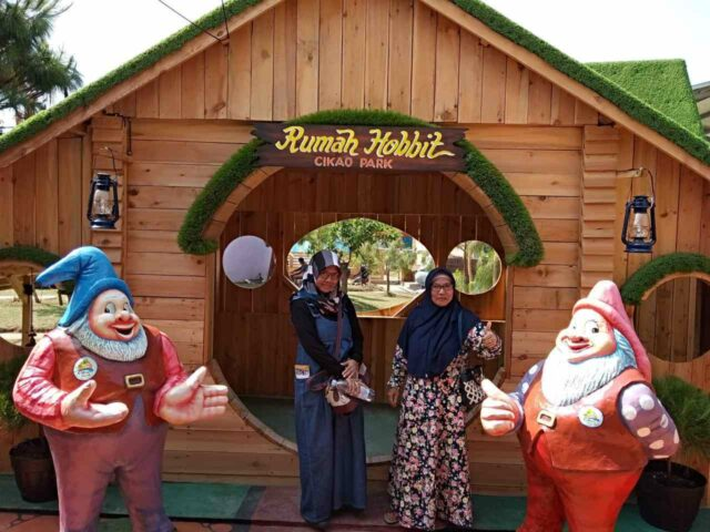 rumah hobbit cikao park